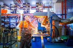 Męski mechanik pracuje na spawalniczej maszynie w Przemysłowy pro obraz royalty free