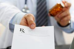 Męski medycyny lekarki ręki chwyta słój pigułki Zdjęcie Stock