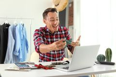 Męski mody blogger z łęku laptopem i krawatem zdjęcie royalty free