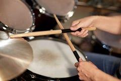 Męski muzyk bawić się bębeny i cymbałki przy koncertem Obraz Royalty Free