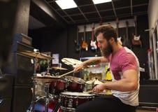 Męski muzyk bawić się cymbałki przy muzycznym sklepem Fotografia Royalty Free