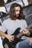 Męski muzyk bawić się gitarę Obrazy Stock