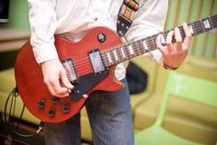 męski muzyk bawić się gitarę akustyczną Zdjęcie Stock
