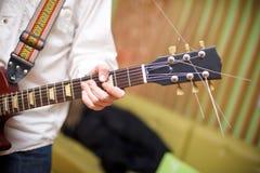 męski muzyk bawić się gitarę akustyczną Obrazy Stock
