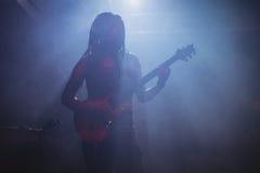 Męski muzyk bawić się gitarę przy klubem nocnym Obraz Royalty Free