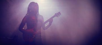 Męski muzyk bawić się gitarę przy klubem nocnym Zdjęcie Royalty Free