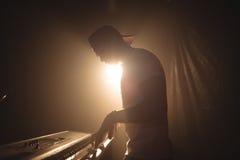 Męski muzyk bawić się pianino w iluminującym klubie nocnym Zdjęcie Stock