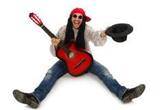 Męski muzyk z gitarą odizolowywającą na bielu Obrazy Royalty Free