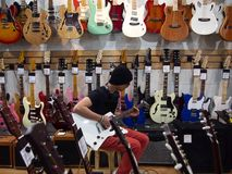 Męski nastolatek bawić się gitarę Fotografia Stock