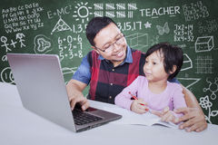 Męski nauczyciel pomaga jego ucznia uczyć się Obraz Stock