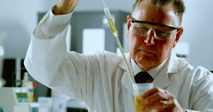 Męski naukowa doświadczalnictwo w laboratorium 4k zdjęcie wideo