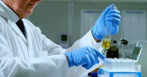Męski naukowa doświadczalnictwo w laboratorium 4k zbiory