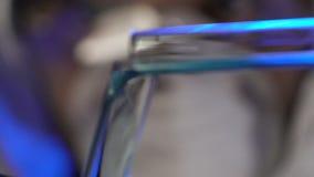 Męski naukowa dolewania ciecz i sprawdzać chemiczną reakcję, nowy wirusowy testowanie zbiory wideo