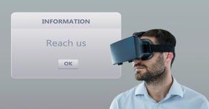 Męski obsługi klienta kierownictwo jest ubranym VR szkła z dialog pudełkiem w tle Fotografia Stock