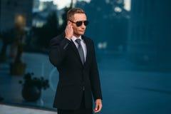 Męski ochroniarz używa ochrony earpiece outdoors zdjęcie royalty free