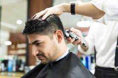 Męski Odbiorczy ostrzyżenie fryzjerem męskim Używa drobiażdżarkę W salonie fotografia royalty free