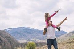 Męski ojciec i dziewczynka z biel zabawki samolotem w brzęczeniach troszkę Fotografia Stock