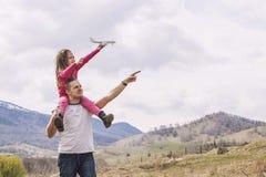 Męski ojciec i dziewczynka z biel zabawki samolotem w brzęczeniach troszkę Obrazy Royalty Free