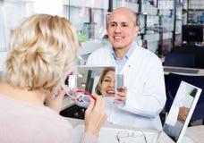 Męski okulista oferuje szkło ramy Obraz Stock
