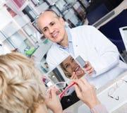 Męski okulista oferuje szkło ramy starsza kobieta Zdjęcie Stock