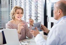 Męski okulista oferuje szkło ramy starsza kobieta Obraz Stock