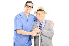 Męski opieka zdrowotna profesjonalista i starszy dżentelmenu pozować fotografia royalty free