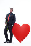 Męski opierać duży czerwony serce na studiu Obraz Stock