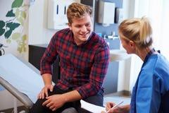 Męski pacjent I pielęgniarka konsultację W sala szpitalnej Fotografia Royalty Free