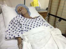 Męski pacjent w łóżku szpitalnym przed operacją zdjęcia royalty free