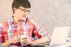 Męski patrzeje laptopu zbliżenie Obraz Stock