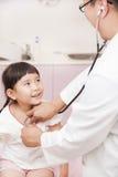 Męski pediatra egzamininuje małej dziewczynki Zdjęcie Royalty Free