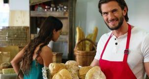 Męski personel trzyma kosz chleb zbiory