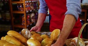 Męski personel utrzymuje kosz chleb na kontuarze zbiory wideo