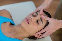 Męski physiotherapist daje kierowniczemu masażowi żeński pacjent Zdjęcia Royalty Free