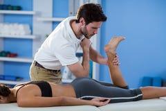 Męski physiotherapist daje modnemu masażowi żeński pacjent Obraz Royalty Free
