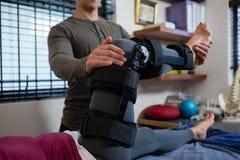 Męski physiotherapist daje noga masażowi pacjent Zdjęcie Royalty Free