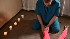 Męski physiotherapist robi wellness ręcznej procedurze dla młoda dziewczyna pacjenta Osteopatia i tradycyjny zbiory wideo