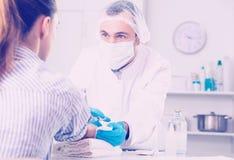 Męski pielęgniarki wstrzykiwania kobiety pacjent Obrazy Royalty Free