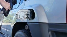 Męski plombowanie w górę samochodowego benzynowego zbiornika zbiory