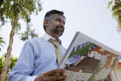 Męski pośrednik w handlu nieruchomościami mienia Notepad zdjęcia stock