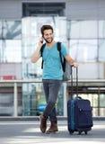 Męski podróżnik opowiada na telefonie komórkowym Zdjęcia Royalty Free