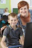 Męski Podstawowy uczeń W komputer klasie Z nauczycielem Obraz Stock