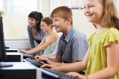 Męski Podstawowy uczeń W komputer klasie Z nauczycielem Obrazy Royalty Free