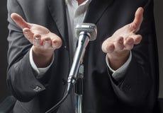 Męski polityk lub biznesmen opowiada w mikrofonie fotografia stock