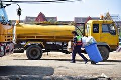 Męski pracownik czyści publicznie Obraz Royalty Free