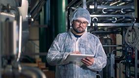 Męski pracownik pracuje w łatwości destylarni jednostka zbiory wideo