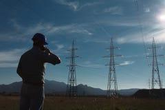 Męski pracownik przy elektryczności stacją Fotografia Royalty Free