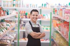 Męski pracownik przy sklepem spożywczym Obrazy Stock