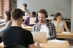 Męski pracownik słucha muzyczny działanie na laptopie zdjęcie royalty free