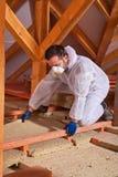Męski pracownik umieszcza rockowej wełny izolowania termicznego panelu pośrodku zdjęcia stock